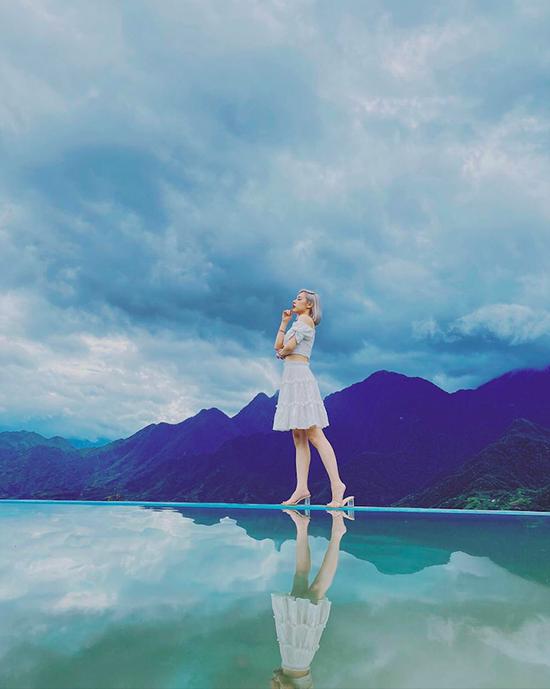 Cũng trong tháng 7, bà mẹ một con khoe ảnh check in tại một loạt toạ độ sống ảo nổi tiếng ở Đà Lạt như hồ Vô Cực. Đây là một khu tiểu cảnh gồm hồ nhân tạo nằm ở trên cao, mặt nước trong suốt, phản chiếu mây trời, bao xung quanh là núi non trùng điệp.