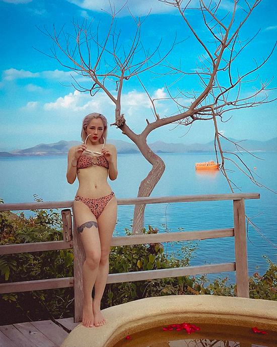 Tháng 7/2020, Lan Phương có kỳ nghỉ tại một resort có tiếng tại vịnh Ninh Vân (Nha Trang) - nơi tiếp đón vô số các nghệ sĩ Việt trong năm qua. Người đẹp chọn một căn villa có hồ bơi nhỏ ngoài trời - nơi thoải mái sống ảo giữa thiên nhiên: đằng sau là rừng núi, phía trước là biển trời xanh ngắt.