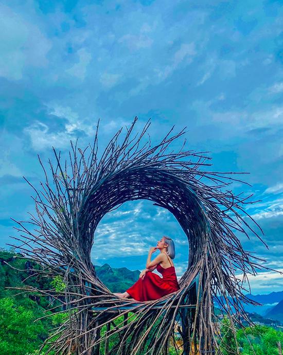 Khu vực tổ chim Bali mô phỏng địa điểm chụp ảnh nổi tiếng ở đất nước vạn đảo Indonesia. Lan Phương diện váy đỏ maxi - trang phục được nhiều tín đồ du lịch lựa chọn để lên ảnh thêm nổi bật.