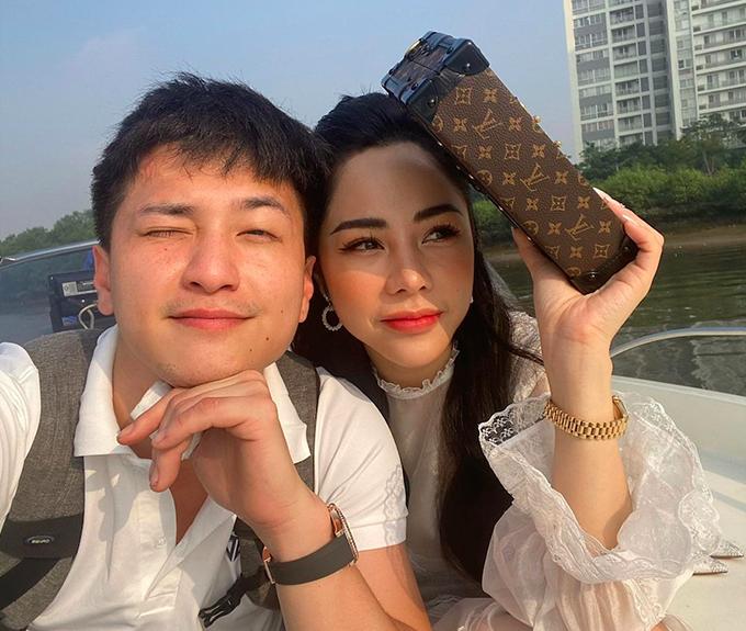 Là MC của nhiều chương trình truyền hình nhưng từ khi trở thành bạn gái của diễn viên Huỳnh Anh, Bạch Lan Phương mới được nhiều người biết tới. Ngoài công việc MC, người đẹp Hà thành làm chủ một spa, sở hữu cuộc sống sang chảnh với những chuyến du lịch trong và ngoài nước, nghỉ dưỡng ở các resort cao cấp.