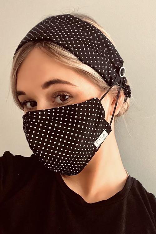 Khẩu trang vải với nhiều biến tấu độc đáo đi kèm bờm cài đầu và thiết kế dây đeo đặc biệt để tránh đau tai cho người sử dụng.