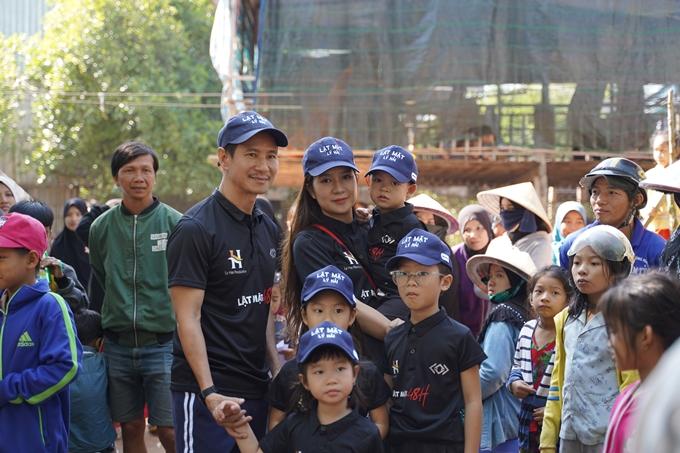Vợ chồng Lý Hải - Minh Hà và các con trên trường quay Lật mặt: 48h.