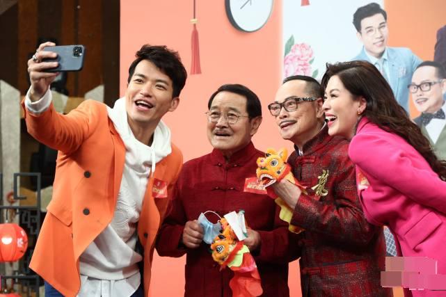 Ông Lưu Đan (thứ hai từ trái sang) cùng đoàn phim Mái ấm gia đình 2.
