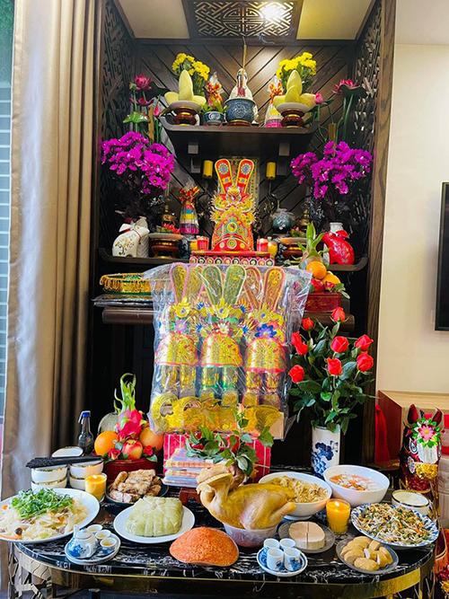 Ca sĩ Maya chuẩn bị mâm cỗ đầy đặn gồm các món truyền thống là gà luộc, xôi gấc, bánh chưng, nem rán, chả, món nộm và món xào.