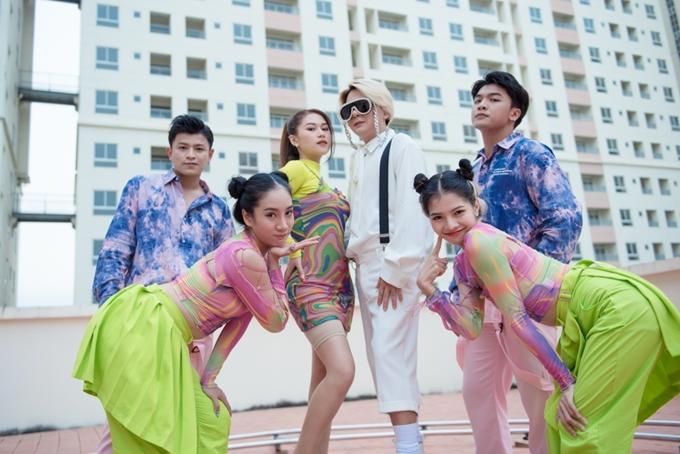 Ngọc Thanh Tâm và Vũ Hà khoe vũ đạo trong MV.