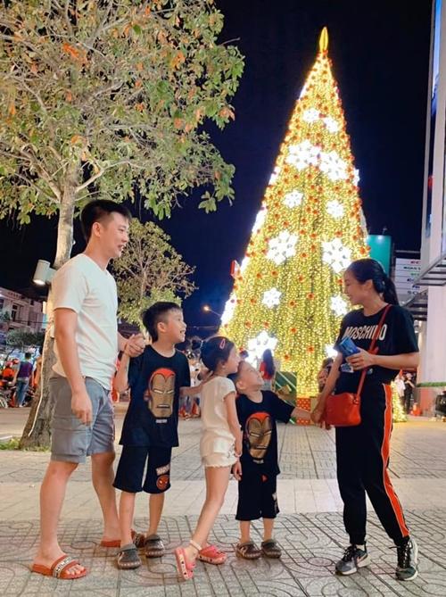 Ông xã đưa các con xuống Cần Thơ thăm Ốc Thanh Vân ở Cần Thơ trong lúc cô quay phim Lật mặt: 48h.