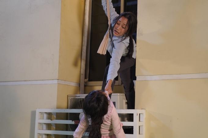 Ốc Thanh Vân cùng diễn viên nhí Bảo Thi quay cảnh đu dây từ tầng 4.