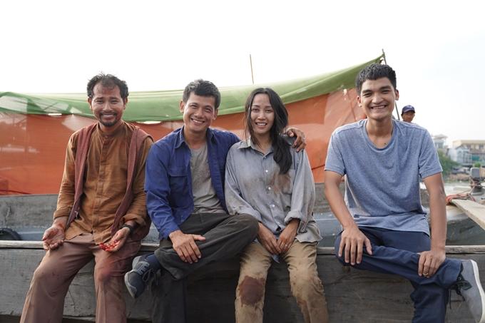 Từ trái qua: Huỳnh Đông, Võ Thành Tâm, Ốc Thanh Vân, Mạc Văn Khoa te tua trên phim trường Lật mặt: 48h.