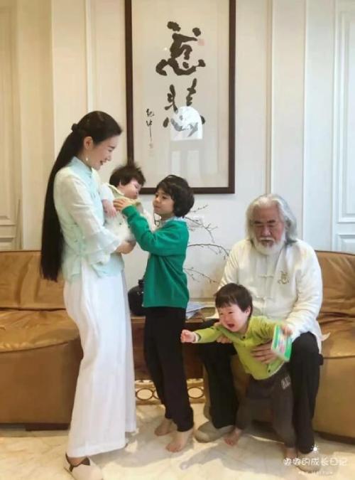 Ông Trương tiết lộ năm nay nhà ông mời khách đến chơi và đọc thơ, viết thư pháp, thưởng thức trà nhân dịp năm mới. Trong loạt ảnh ông hé lộ, ông và người vợ trẻ quây quần bên ba đứa con chung, riêng, trông rất hạnh phúc.
