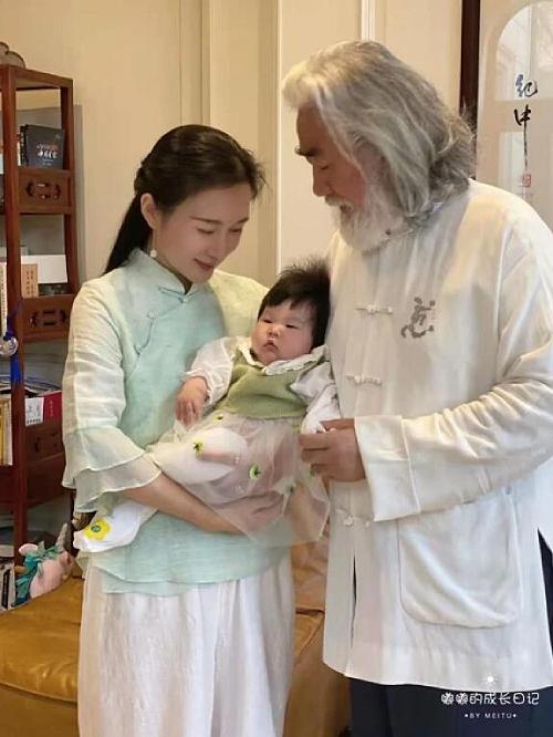 Đôi vợ chồng bế con gái út trên tay. Đỗ Tinh Lâm đã lại dáng sau 3 tháng sinh nở, trong khi ông Trương Kỷ Trung râu tóc bạc phơ, gương mặt toát lên ý mãn nguyện, hạnh phúc vì con cái đủ đầy.