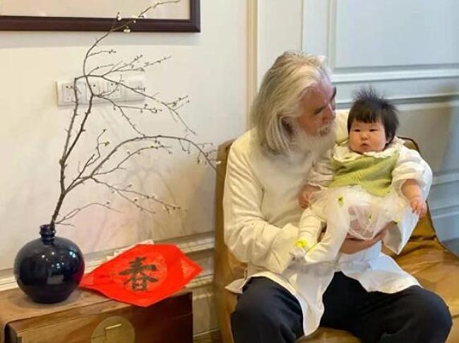 Xung quanh tin đồn vợ đang có mang em bé nữa, ông Trương Kỷ Trung phủ nhận: Đừng nói rằng vợ tôi đang mang thai. Cô ấy mới vượt cạn được ba tháng. Làm sao cô ấy có thể giảm cân nhanh như vậy? Được như bây giờ là phục hồi nhanh lắm rồi.
