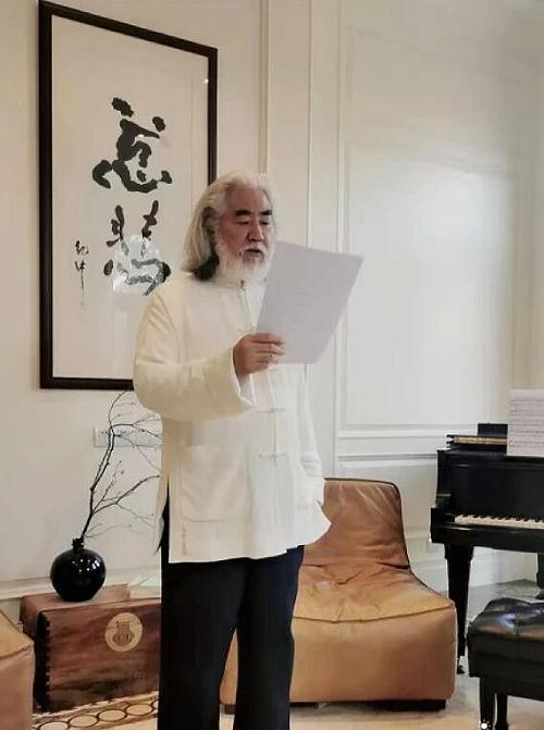 Ông Trương Kỷ Trung đọc thơ trong ngày lập xuân.