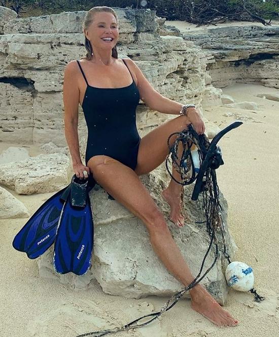 Christie Brinkley, 67 tuổi  Cựu người mẫu bộ áo tắm màu đen khi lặn với ống thở.  người mẫu Paulina Porizkova nói, Bạn thật không thể tin được. Một nguồn cảm hứng.