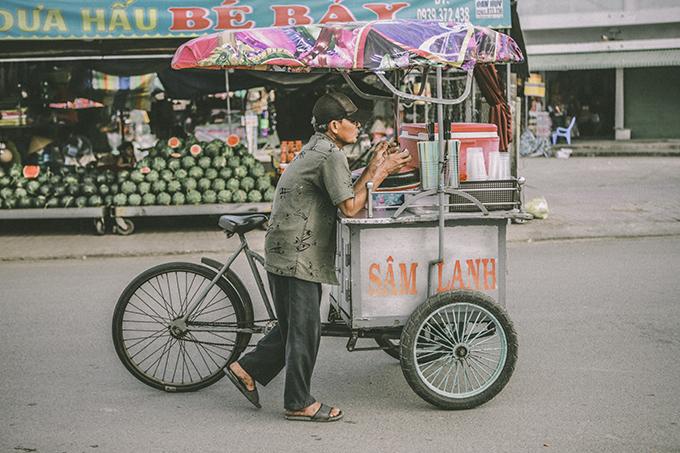 Đây là lần đầu tiên Kỳ Anh đã đặt chân đến Cà Mau sau bao lần lỡ hẹn. Nơi cuối cùng của bản đồ Việt Nam, xa xôi cách trở, là quê hương của nhiều người con xa xứ đang mưu sinh ở nơi khác. Tôi kịp thưởng thức ly đá đậu tuổi thơ của nhiều người, đặc sản bánh tầm cay trứ danh....