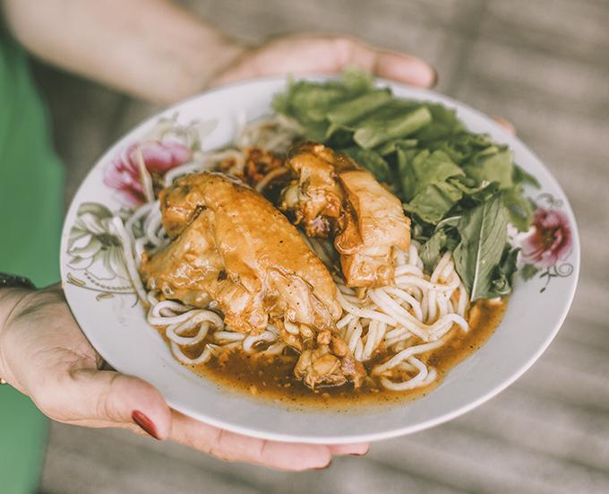 Món ăn luôn linh hồn của mỗi vùng đất. Những người dân xa xứ cũng sẽ nhớ mãi những món ăn quê hương như bánh tầm cay, ly đá đậu trong quán 50 tuổi...