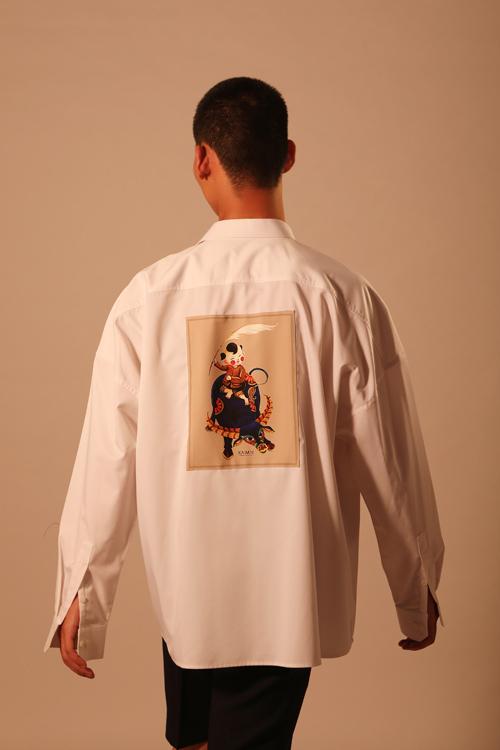 Hình ảnh em bé cầm cờ lau, cưới trâu chơi trận giả khiến nhiều người liên tưởng ngay đến hình ảnh vua Đinh Bộ Lĩnh thủa nhỏ. Chiếc áo với hoạ tiết độc quền, gửi gắm lời chúc sức khoẻ và thành công cho các chàng trai trong ngày đầu năm mới.