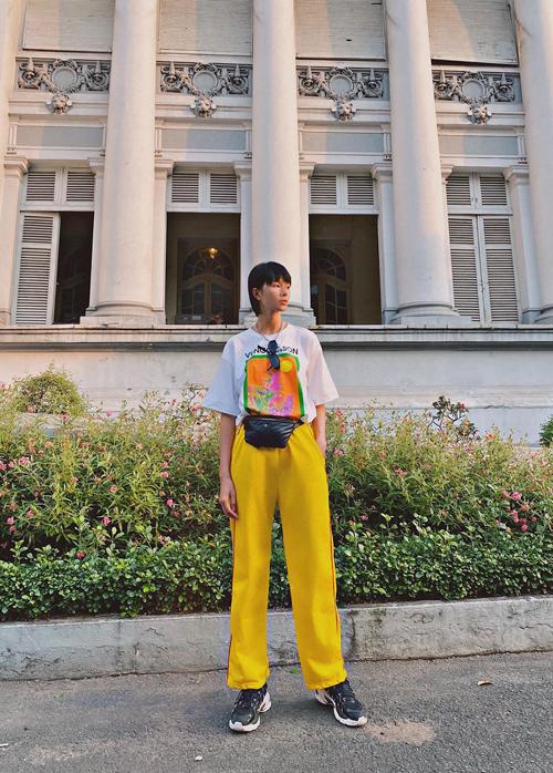 Áo thun in hoạ tiết trâu made in Việt Nam được phối hợp linh hoạt để mang tới nhiều set đồ dạo phố phù hơp với xu hướng mới.