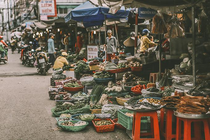 Khung cảnh khu chợ Cà Mau với vô vàn sản vật tươi rói, mang lại màu sắc rực rỡ, đầy sức sống cho bộ ảnh.