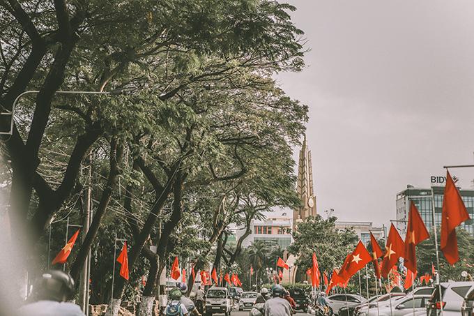 Đường phố Cà Mau những ngày cuối năm rợp sắc cờ đỏ. Bộ ảnh gồm hơn 100 tấm, thực hiện ở nhiều địa điểm trong trung tâm thành phố, đặc biệt là khu chợ bách hóa Cà Mau rộng lớn, nơi giao thương tấp nập.