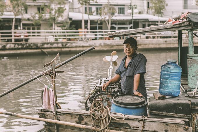 Cà Mau vốn nổi tiếng là vùng đất nhiều sông, nhiều xuồng ghe ngày đêm ngược xuôi không ngớt, gắn liền với hoạt động giao thương.