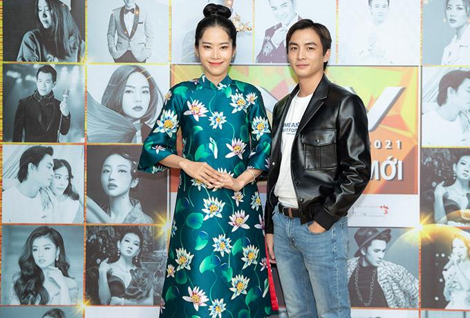 Nam Em diện áo dài nền nã còn Lãnh Thanh năng động, cá tính với áo vest da, quần jeans. Cặp đôi mới của showbiz Việt luôn đồng hành bên nhau từ sau chương trình Vô lăng tình yêu.