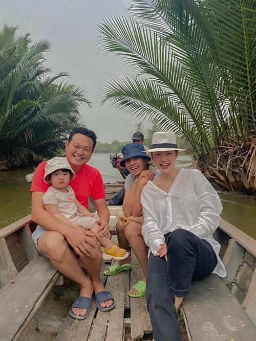 Ca sĩ Minh Hằng đi chơi cùng gia đình em trai.