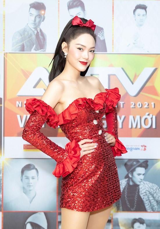 Minh Hằng nổi bật với váy ngắn trễ vai đỏ rực.