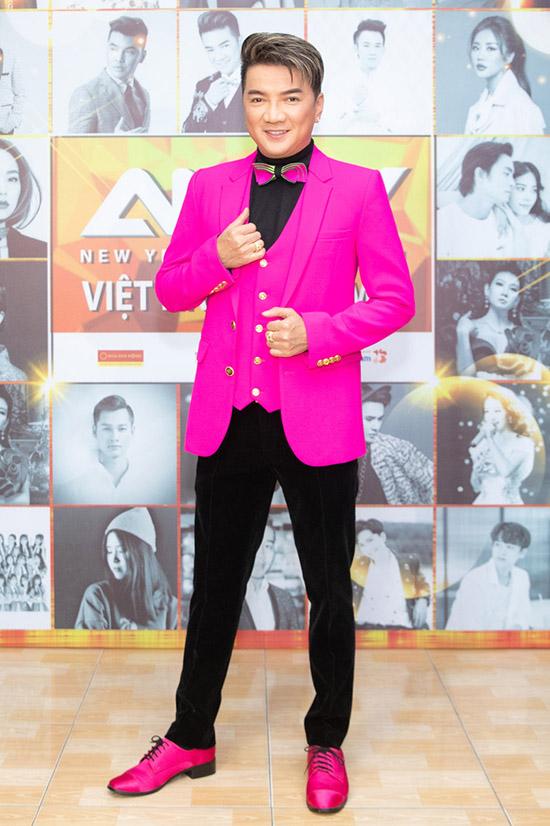 Mr Đàm rực rỡ với áo vest, giày hồng ton-sur-ton.