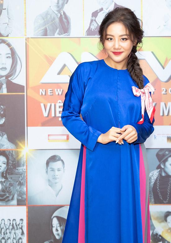 Văn Mai Hương dịu dàng khoe sắc với áo dài kết hợp áo bà ba.