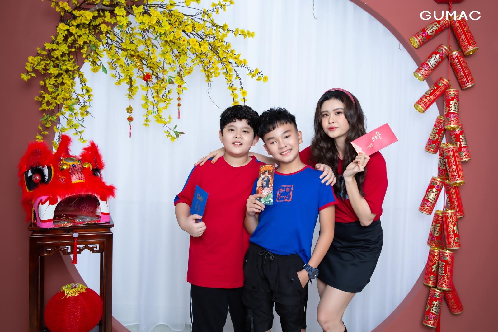 Ca sĩ, diễn viên Trương Quỳnh Anh cùng con trai Sushi và diễn viên nhí Hữu Khang là gương mặt đại diện trong bộ sưu tập Gu Trạng Tí. Các thiết kế thuộc dòng GuKids - bộ sưu tập đầu tiên dành cho bé của hãng Gumac.
