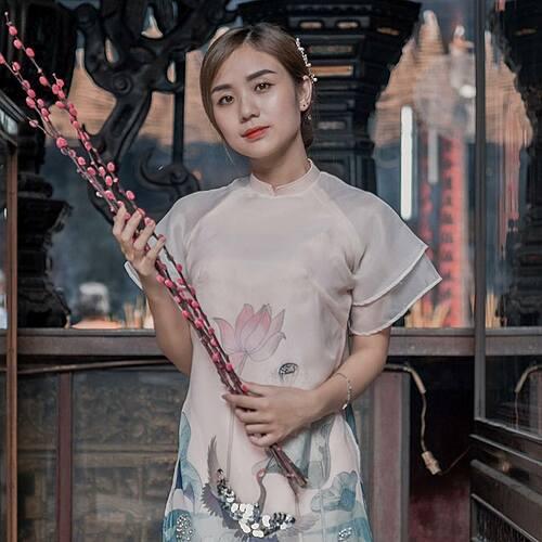 Bảo Ngọc - vợ cũ Hoài Lâm - đẹp man mác trong ảnh chụp Tết. Cô mượn câu Đôi khi lỡ hẹn một giờ, lần sau muốn gặp phải chờ trăm năm để bình luận về bức ảnh của mình.
