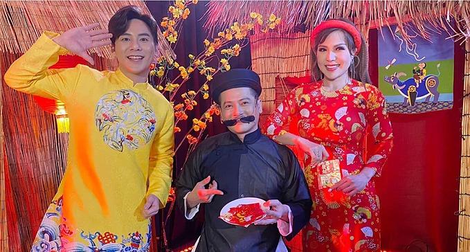 Diễn viên Hoàng Anh pose ảnh Tết cùng những người bạn trên đất Mỹ.