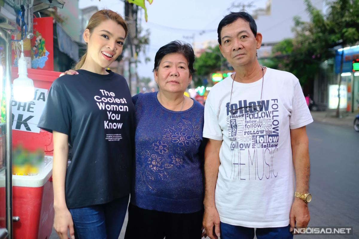 Hoa hậu Chuyển giới Trân Đài phụ mẹ bán nước mía vỉa hè