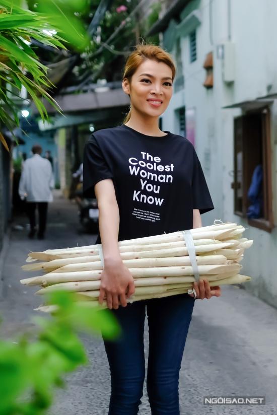 Hoa hậu Chuyển giới Trân Đài phụ mẹ bán nước mía vỉa hè - 2