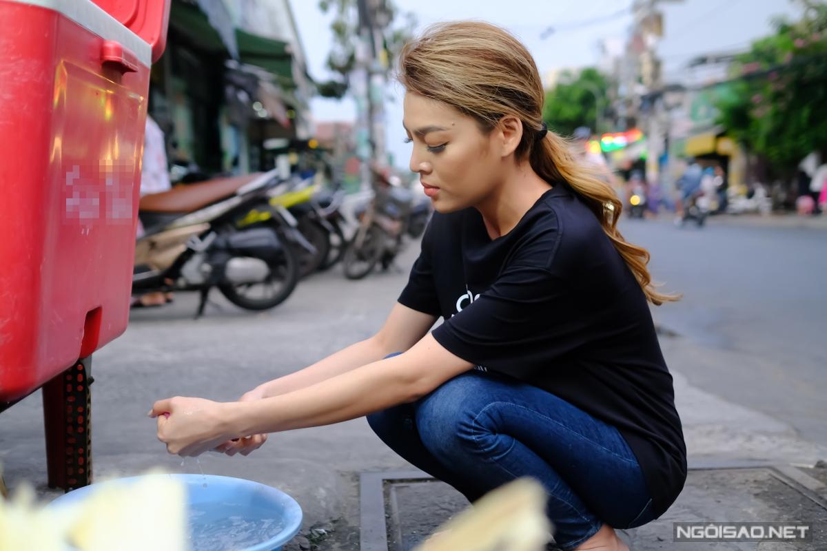 Hoa hậu Chuyển giới Trân Đài phụ mẹ bán nước mía vỉa hè - 14