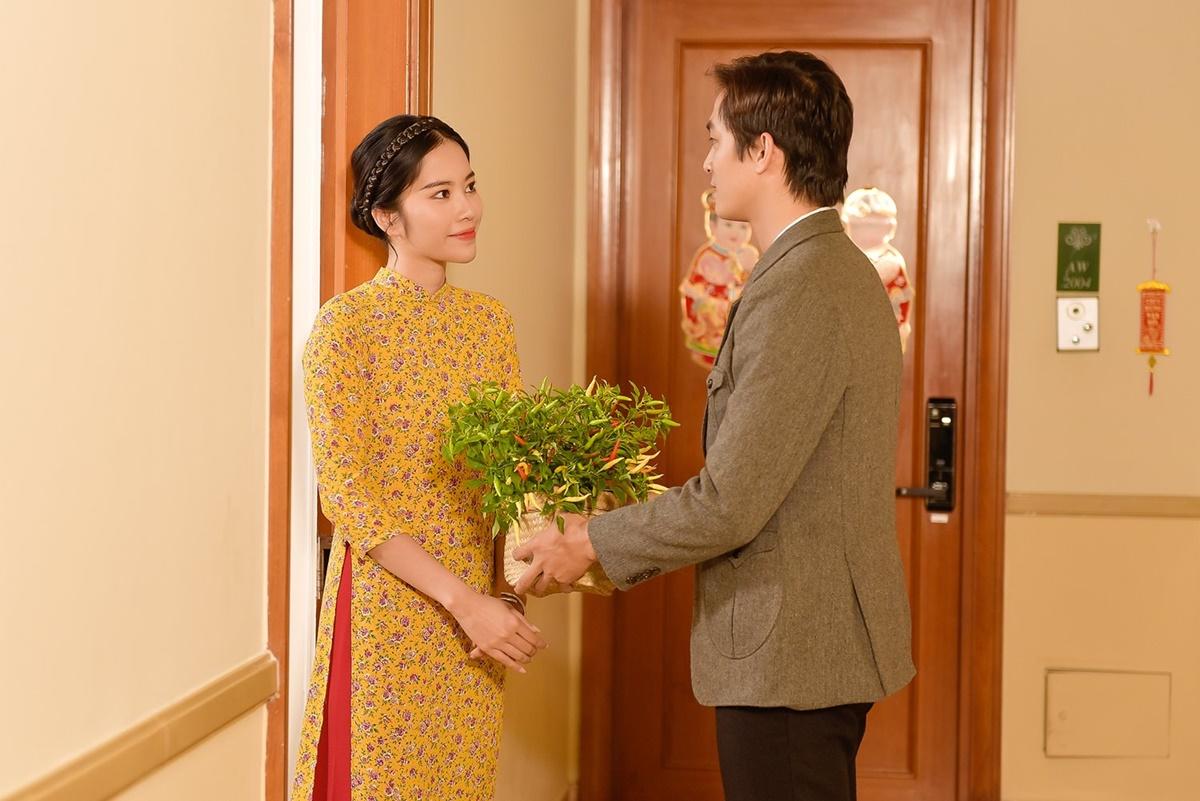 Trong khi Nam Em nền nã trong tà áo dài truyền thống với sắc vàng rực rỡ, nam diễn viên lại chọn suit lịch lãm.