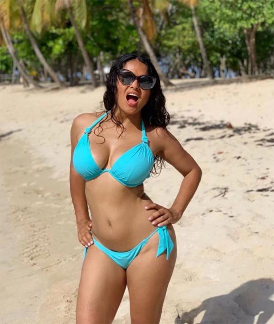 Vợ tỷ phú Pháp François-Henri thả dáng với bikini xanh ngọc trên bãi biển nhiệt đới.