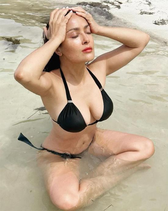 Salma Hayek hâm nóng Instagram năm mới khi khoe loạt ảnh đi tắm biển.