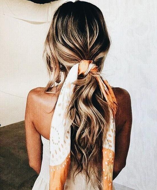 Mái tóc cũng thêm xinh nếu nàng dùng khăn thay cho dây buộc tóc truyền thống.