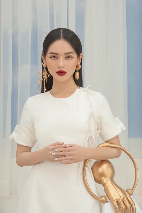 Gam trắng quen thuộc được sử dụng làm tông màu chủ đạo của bộ sưu tập. Nó được biến hoá trên nhiều kiểu váy mang tính ứng dụng cao.