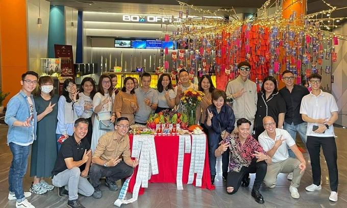 Đoàn phim cũng làm lễ cầu may tại rạp chiếu ở trung tâm quận 1, TP HCM. Bố già bản điện ảnh được phát triển từ web drama cùng tên và được Trấn Thành đầu tư hơn 20 tỷ đồng.