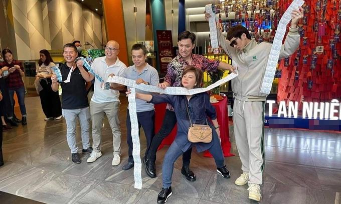 Nhà sản xuất Trinh Hoa (áo đen) và đạo diễn Vũ Ngọc Đãng (thứ hai từ trái sang) cùng đoàn phim mua trước lượng vé lớn của Bố già với kỳ vọng phim đắt khách.
