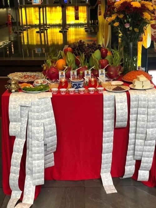 Cả trăm tấm vé được đoàn phim bày trên bàn cúng.