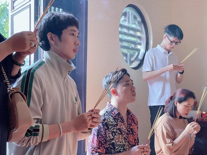 Sáng 8/2 (27 Tết), nhà sản xuất - đạo diễn - diễn viên Trấn Thành (giữa) cùng diễn viên Tuấn Trần (bìa trái) cùng êkíp đi dâng hương, cầu nguyện cho phim Bố già phiên bản điện ảnh ra rạp thuận lợi. Đây là một trong ba đại diện của điện ảnh Việt Nam gia nhập đường đua phim Tết, khởi chiếu tại rạp từ 12/2 (mùng 1 Tết).