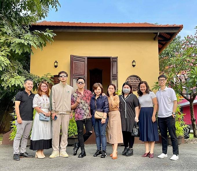 Đoàn làm phim Bố già tại địa điểm dâng hương ở TP HCM.