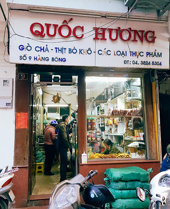 Những lúc hiếm hoi vơi khách ở cửa hàng Quốc Hương dịp giáp Tết. Ảnh: Nguyên Chi