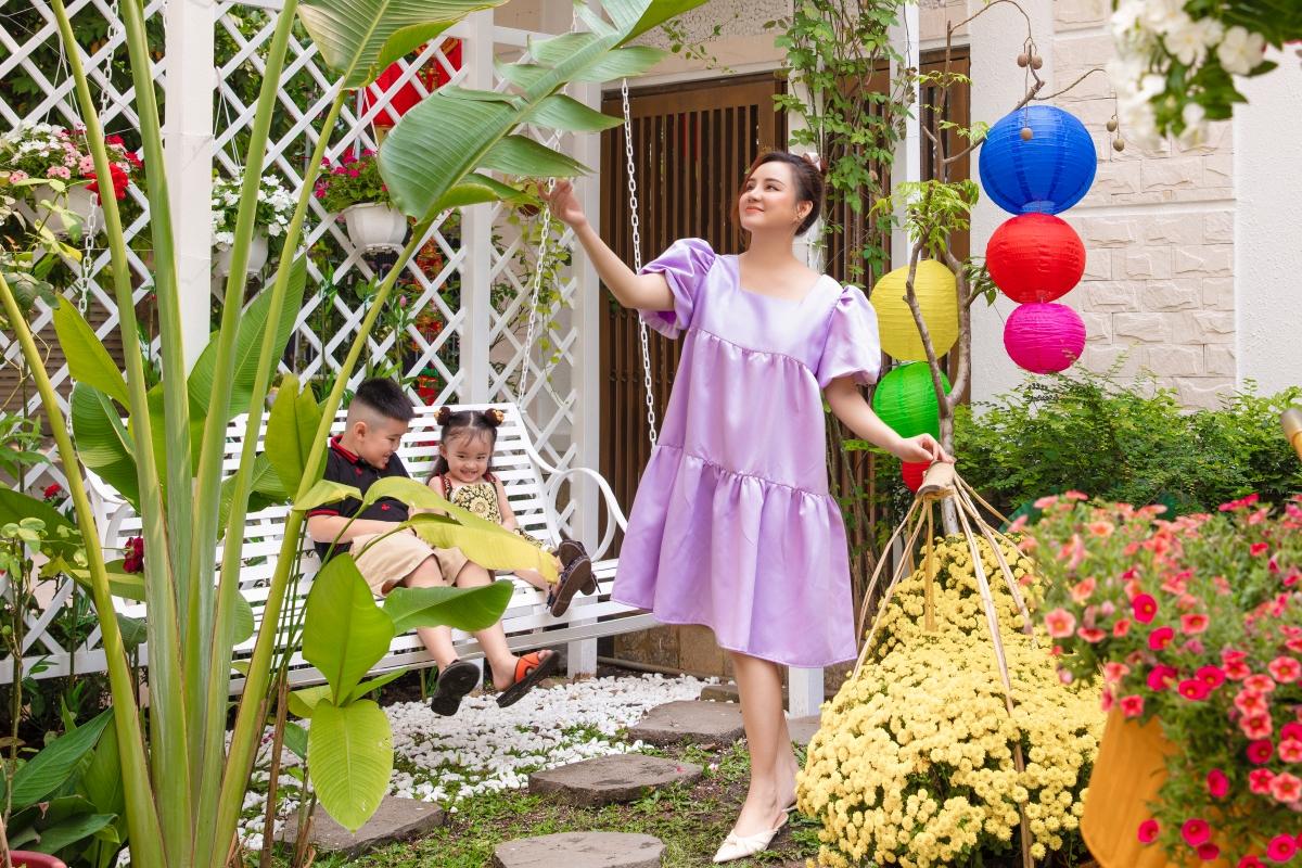Gia đình Vy Oanh đang sinh sống trong một biệt thự ở quận 2, TP HCM. Vợ chồng cô dành một khoảng sân rộng bao quanh giúp tạo không gian xanh mát vừa là chỗ vui chơi của hai con. Mỗi dịp Tết đến, họ đều mua sắm nhiều chậu hoa rực rỡ bày trí khắp nơi.