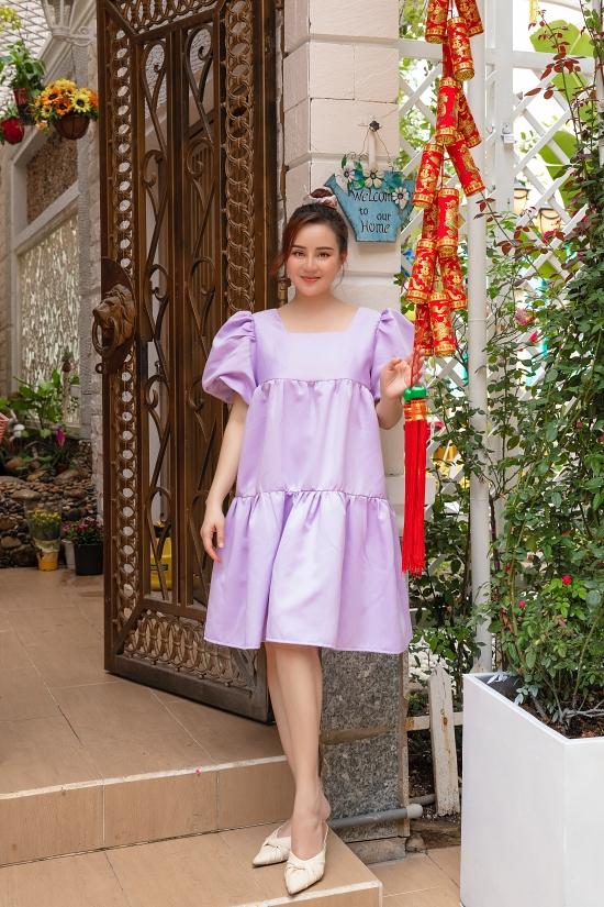 Mỗi năm Tết đến, Vy Oanh và nhân viên công ty của chồng quây quần gói hàng trăm chiếc bánh chưng làm quà. Ngày 27 Tết, gia đình cô về quê Phan Thiết, viếng mộ bà ngoại.