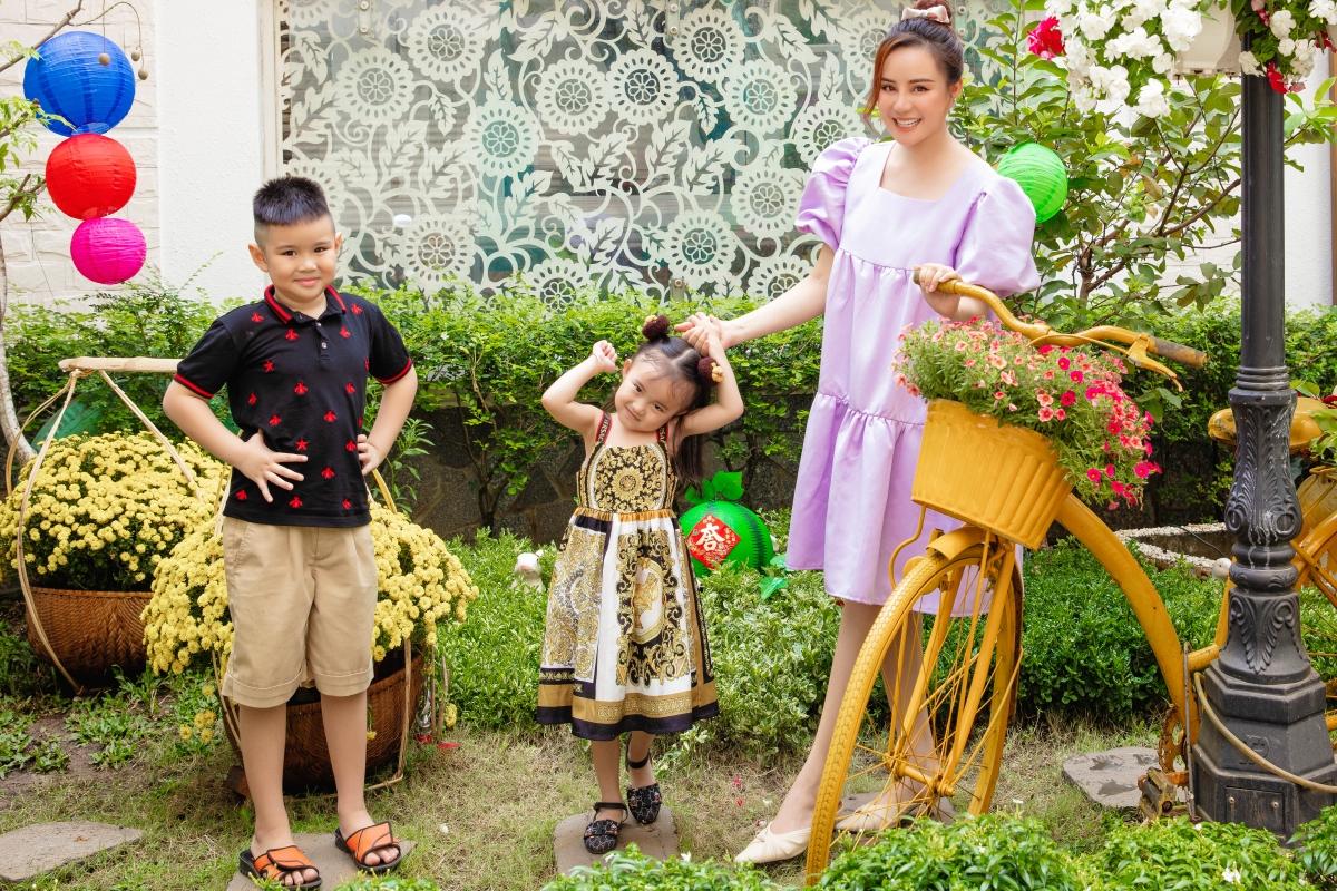 Ba mẹ con Vy Oanh vui đùa giữa khu vườn tràn ngập sắc xuân.