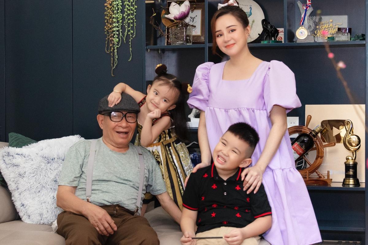 Mùng 1 Tết, vợ chồng Vy Oanh và hai con sẽ đi chúc Tết ông bà nội. Năm nay, nhà tôi hạn chế tối đa di chuyển. Tôi chỉ cầu mong dịch nhanh chóng hết để bình yên lại về trên quê hương và thế giới, cô nói.